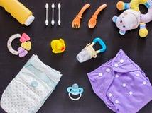 Плоское положение комплекта младенца с пеленкой ткани Стоковые Изображения RF