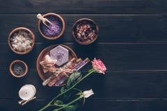 Плоское положение обработки курорта в деревянных плитах с розами на деревянном Стоковые Фото