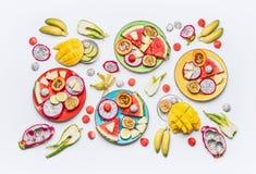 Плоское положение плодоовощей лета различных красочных отрезанных тропических и плит и шаров ягод на белой предпосылке с ингридие Стоковое Изображение RF