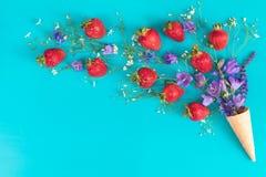 Плоское положение, предпосылка сладостной еды взгляд сверху флористическая Стоковая Фотография RF