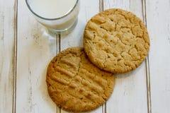 Плоское положение свежих печений и молока арахисового масла Стоковые Изображения