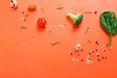 Плоское положение сырцовых овощей на абстрактной предпосылке Стоковые Изображения RF