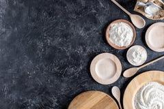 Плоское положение с расположением деревянных плит, ложек и муки Стоковые Изображения RF