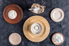 Плоское положение с расположением деревянных плит с мукой и сырцовым яичком Стоковое Фото