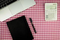 Плоское положение, таблица офиса взгляд сверху Место для работы с компьтер-книжкой, примечанием b стоковая фотография rf