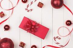Плоское положение шарика, подарка и косметики рождества Backgroun праздника Стоковая Фотография