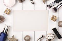 Плоское положение шарика, подарка и косметики рождества Backgroun праздника Стоковые Фото