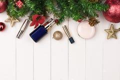 Плоское положение шарика, подарка и косметики рождества Backgroun праздника Стоковые Изображения RF