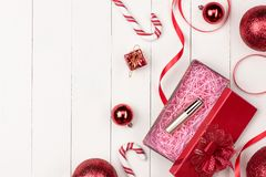 Плоское положение шарика, подарка и косметики рождества Backgroun праздника Стоковое фото RF