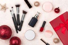 Плоское положение шарика, подарка и косметики рождества Backgroun праздника Стоковое Фото