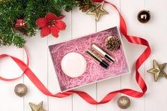 Плоское положение шарика, подарка и косметики рождества Backgroun праздника Стоковое Изображение