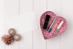 Плоское положение шарика, подарка и косметики рождества Backgroun праздника Стоковые Фотографии RF