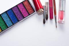Плоское положенное изображение косметик красоты составляет с губными помадами, палитрой тени глаза, щетками, лоском губы Взгляд с стоковая фотография rf