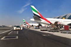 Плоскости в авиапорте Дубая Стоковые Изображения RF