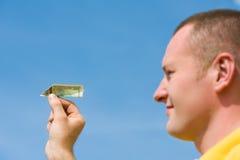 плоскость бумаги человека кредитки Стоковое фото RF