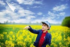 плоскость мальчика бумажная Стоковая Фотография RF
