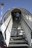плоскость пассажиров восхождения на борт стоковое изображение rf