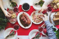 Плоск-положение друзей празднуя рождество совместно стоковые изображения