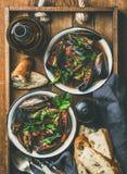 Плоск-положение кипеть мидий в томатном соусе и светлом пиве Стоковое Изображение