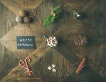 Плоск-положение поздравительной открытки, горячего шоколада, тросточки конфеты, конуса сосны Стоковые Изображения