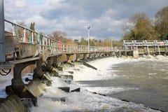 плотина thames реки стоковые изображения rf