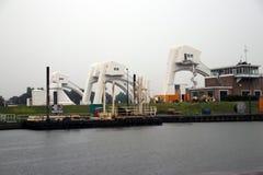 Плотины в Lek реки на Hagestein для того чтобы контролировать уровень воды в реке в Нидерландах стоковые фото