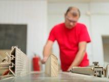 Плотник выравнивает бар тимберса в рабочем месте Стоковая Фотография RF