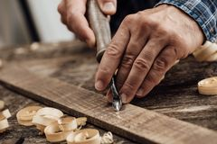 Плотник высекая древесину Стоковое Изображение RF