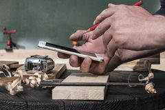 плотник в мастерской при красный карандаш смотря светокопии стоковое изображение rf