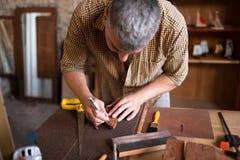 Плотник используя его зубило стоковое изображение rf