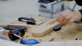 Плотник используя зубило для того чтобы высечь древесину сток-видео