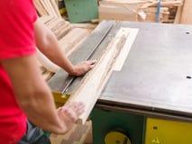 Плотник пилит луч тимберса на круглой пиле Стоковые Изображения RF