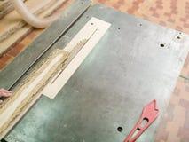 Плотник пилит луч тимберса на круглой пиле Стоковая Фотография RF