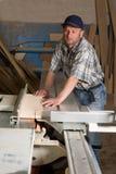 плотник подвергает деятельность механической обработке woodworking стоковые фотографии rf