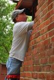 плотник проверяя камин старый вне Стоковые Фото