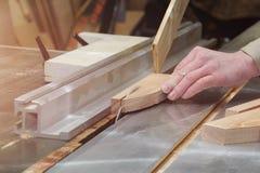 Плотник работая на машинах woodworking в магазине плотничества Мужской конец руки вверх стоковое фото rf