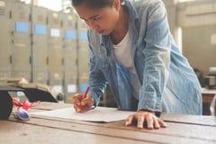 Плотник работая на машинах woodworking в магазине плотничества A.M. стоковая фотография