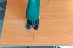 Плотник работая с руководством зигзага вырезывания зигзага и древесины Стоковое Изображение RF