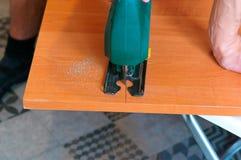 Плотник работая с руководством зигзага вырезывания зигзага и древесины Стоковое фото RF
