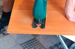 Плотник работая с руководством зигзага вырезывания зигзага и древесины Стоковое Фото