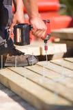 Плотник работая с электрической отверткой Стоковое Фото