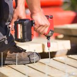Плотник работая с электрической отверткой Стоковые Изображения