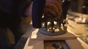 Плотник с ручной мельницей режет вне круг от деревянного экрана акции видеоматериалы