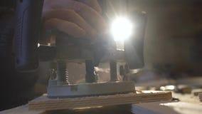 Плотник с ручной мельницей режет вне круг от деревянного экрана видеоматериал