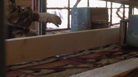 Плотник управляет промышленной машиной пилы с журналом пиломатериала видеоматериал