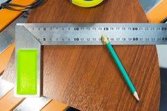 Плотничество оборудует рулетку карандаша украшает производство мебели блеска obekty Ручная продукция  стоковые фотографии rf