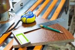 Плотничество оборудует рулетку карандаша украшает производство мебели блеска obekty Ручная продукция  стоковая фотография