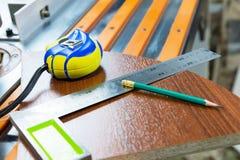 Плотничество оборудует рулетку карандаша украшает производство мебели блеска obekty Ручная продукция  стоковое изображение rf
