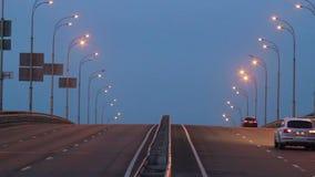 Плотное движение вечера, автомобили управляет дорогой шоссе города сумрака светов сток-видео