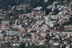 Плотное снабжение жилищем в горном склоне, французской ривьере стоковое фото